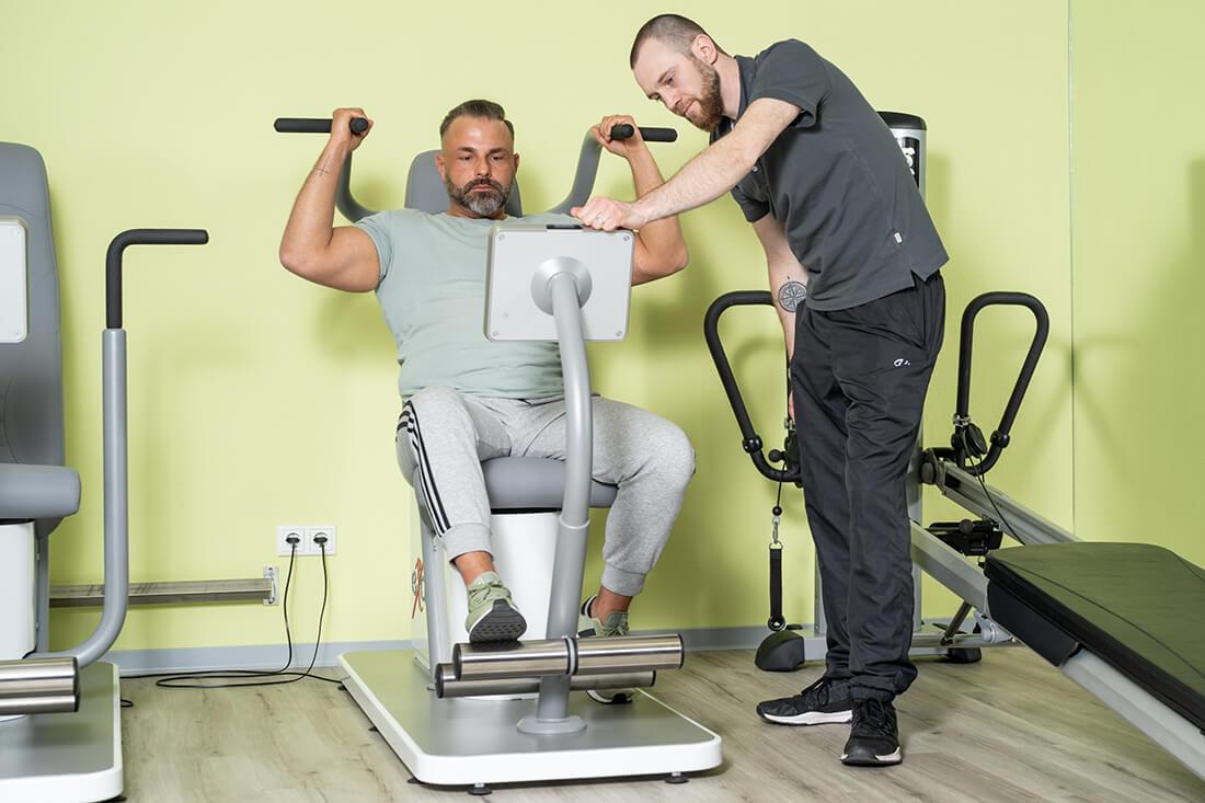 Physiotherapie Schorndorf - Oussama Kabbara - Training am Gerät in unserer Praxis
